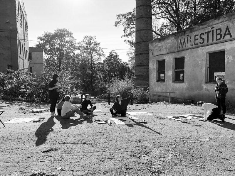 """<p>18. septembrī Vides risinājumu institūts un Cēsu pilsētas Mākslas skolas jaunie mākslinieki atklāja plenēra izstādi Zinātnes un mākslas centrā """"Brūzis"""".</p> <p> <a href="""