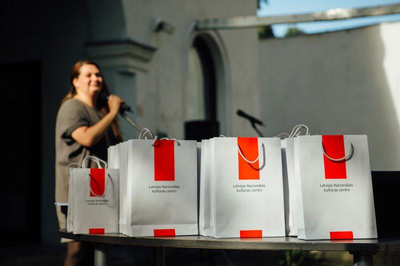 <p>Otrdien, 2020. gada 22. septembrī, Latvijas Kultūras akadēmijas Eduarda Smiļģa Teātra muzejā, Rīgā, Latvijas Nacionālais kultūras centrs (LNKC) apbalvoja Valsts konkursa laureātus – Latvijas mākslas skolu audzēkņus no 28 izglītības iestādēm. Ar skolēniem neformālā gaisotnē tikās konkursa žūrija – scenogrāfi Krista Dzudzilo, Reinis Dzudzilo un Krišjānis Elviks. Atzinību konkrētu darbu autoriem izteica scenogrāfs Andris Freibergs un LKA Eduarda Smiļģa Teātra muzejs. <a href=