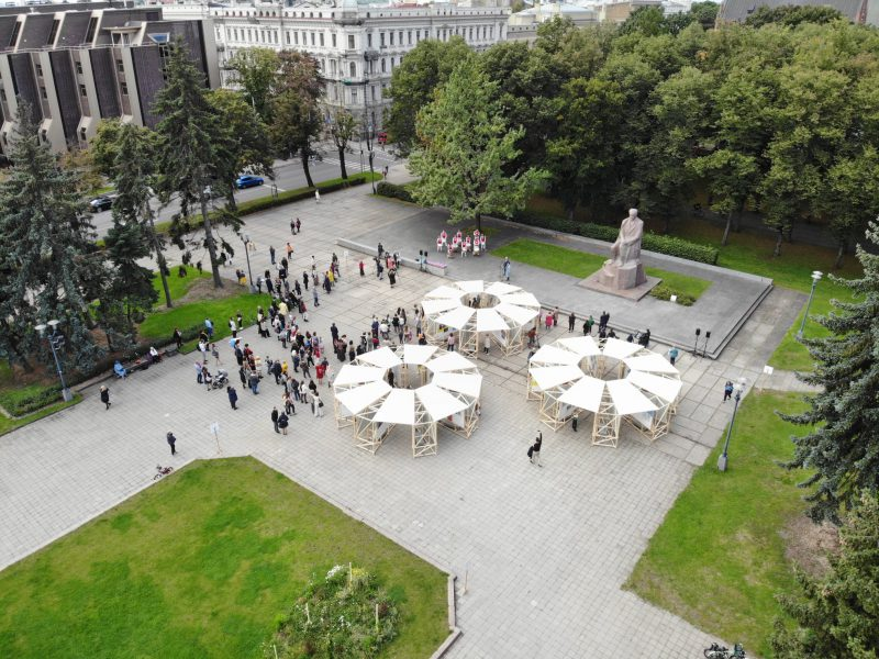 """<p>Rīgā, Esplanādē pie Raiņa pieminekļa, atklāta 10. starptautiskā bērnu un jauniešu mākslas izstāde """"Vērtību sakta"""". <a href="""