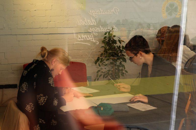 """<p>2. oktobrī kopā ar mūsu 30V jauniešiem devāmies uz Siguldu, lai piedalītos mākslinieces Evas Vēveres komiksu zīmēšanas darbnīcā """"Daba tevī"""", kas tika veltīta personiskajām atmiņām par dabu un vides aktīvisma jautājumiem. Pasākums norisinājās mājīgajā"""